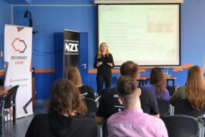 Agnieszka Ausfeld przedstawiająca prezentacje